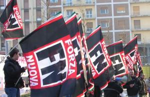 Piazza San Marco: sventola la bandiera di Forza Nuova a difesa della legalità