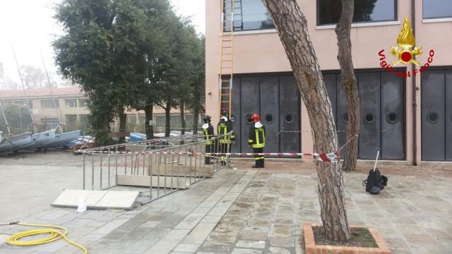 Vigili del fuoco salvano due persone cadute sa un'impalcatura