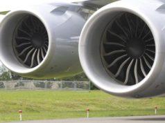 donna lancia monete nel motore dell'aereo