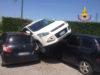Perde il controllo del suv e parcheggia sopra altre due auto
