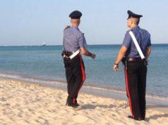 Lite in spiaggia a Caorle: dai pantaloni spunta una pistola