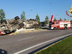 Portogruaro camion si rovescia affrontando una rotatoria