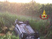 Auto si rovescia in un fossato a Camponogara