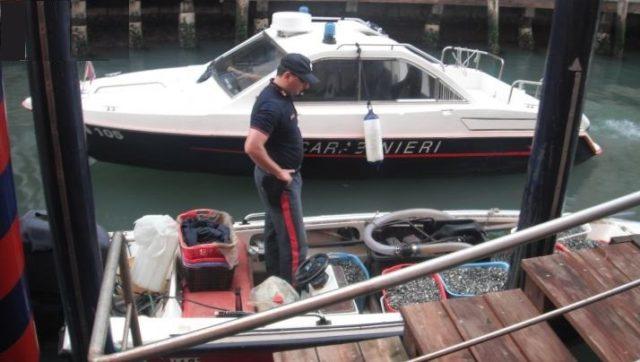 Fermati due pescatori chioggiotti con 400 chili di vongole