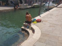 Lotta al degrado: multati 3 giovani turisti stranieri - Televenezia