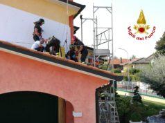 Tragedia a Marcon muore sul tetto di casa