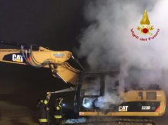 Deserto d'Este: fiamme distruggono un escavatore in un cantiere