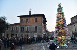 Murano inaugurato a l'albero di Natale in vetro soffiato