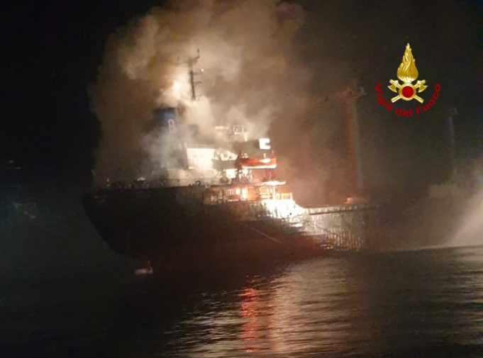 Chioggia: nave mercantile a fuoco, salvate 18 persone