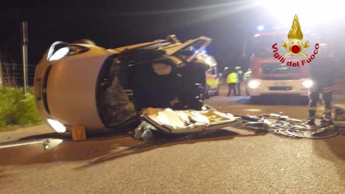 Jesolo: auto si rovescia, due persone rimaste bloccate