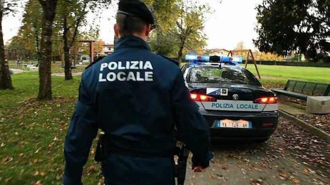 Polizia locale: arrestati due uomini per rapina e spaccio