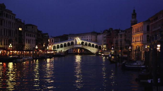 Fanno il bagno in Canal Grande: turisti denunciati